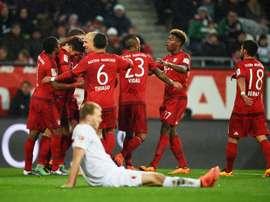 Los jugadores del Bayern celebran uno de los dos tantos de Lewandowski ante el Augsburgo. Twitter