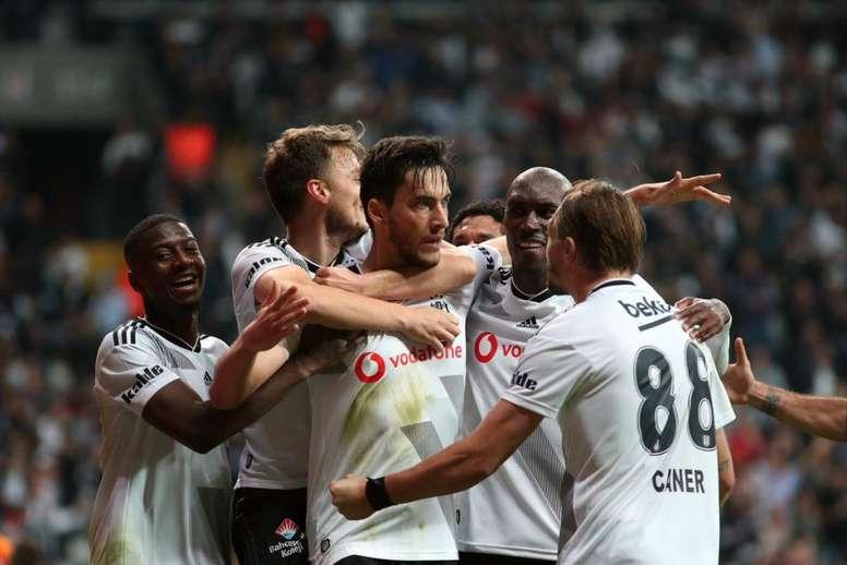 Los jugadores del Besiktas celebran el gol conseguido ante el Galatasaray en el partido de la jornada 9 de la Liga Turca 2019-20. Twitter/Besiktas