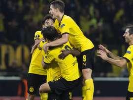 Los jugadores del Borussia de Dortmund felicitan a Joo-Ho Park por su tanto. Twitter