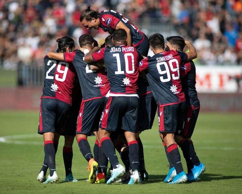 Los jugadores del Cagliari celebran el golazo de Nainggolan en el partido en casa contra el SPAL de la temporada 19-20 en la Serie A. Twitter/CagliariCalcio