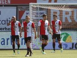 Los jugadores del Feyenoord lamentan el empate ante el PEC Zwolle. Feyenoord