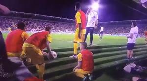 Los jugadores del Frosinone lanzaron balones durante el partido. Captura/SkySports