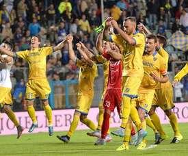 Los jugadores del Frosinone celebran la victoria con su público. Twitter