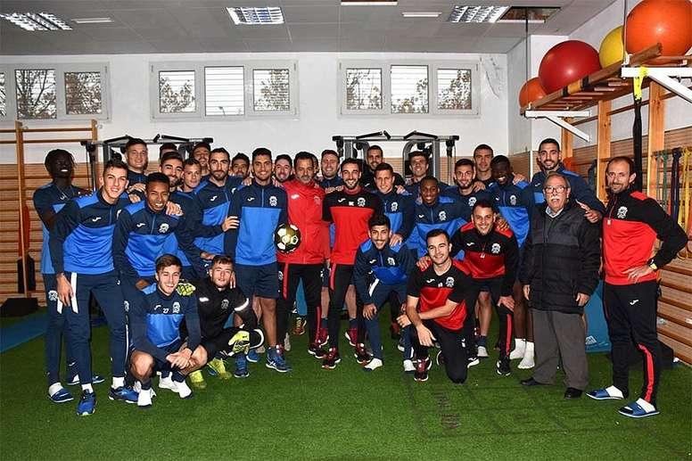 Los jugadores del Fuenlabrada posaron con el Balón Dorado. Twitter/CFuenlabradaSAD
