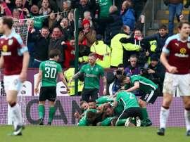 Los jugadores del Lincoln celebran el tanto con el que eliminaron al Burnley de la FA Cup. Mirror