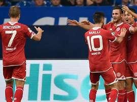 Los jugadores del Mainz felicitan a Malli por su hattrick ante el Hoffenheim. Twitter