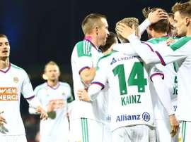 Los jugadores del Rapid de Viena celebran uno de los seis goles marcados al Mattersburg. SKRapid