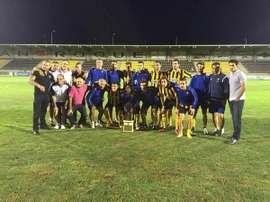 Los jugadores del San Roque de Lepe posan con el trofeo. Twitter