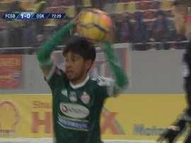 Los jugadores del Sepsi combatieron el frío con medias en los brazos. Captura/TelekomSport