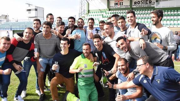 Jugadores del Villanovense celebran el emparejamiento con el Barcelona en la Copa del Rey. EFE