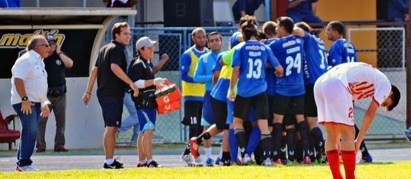 Los jugadores del Zulia celebran un gol junto a su banquillo. Twitter