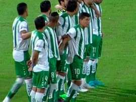 Los jugadores se reunieron en el centro del campo tras el pitido inicial. SL