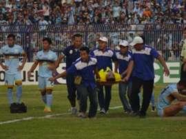 Los médicos retiran a Choirul Huda del campo en el Persela-Semen Padang. Twitter