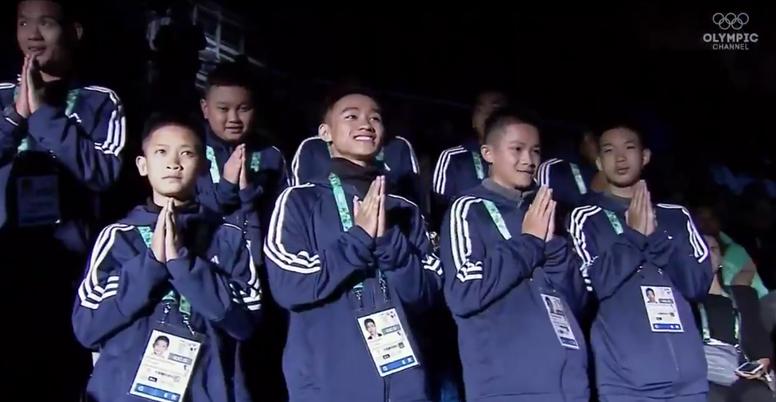 Os meninos ficarão alguns dias na Vila Olímpica. Captura/OlympicChannel