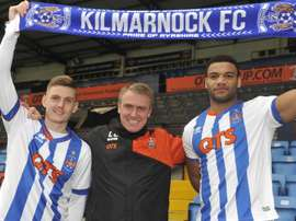 Miles Addison (d) se incorpora al Kilmarnock junto a Alex Henshall (i). KilmarnockFC