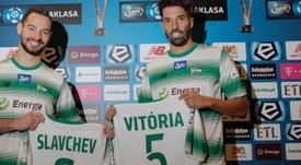 Los nuevos jugadores del Lechia de Gdansk, Simeon Slavchev y Steven Vitoria. Lechia