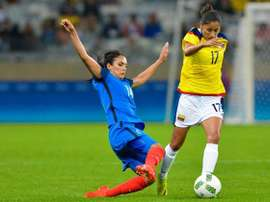 Louisa Cadamuro intenta robarle un balón a Carolina Arias. EFE