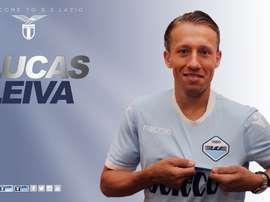 Lucas Leiva posa con la camiseta de la Lazio. SSLazio