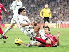 El ex jugador del Zaragoza tuvo que colgar las botas por una entrada salvaje de Figo. EFE/Archivo
