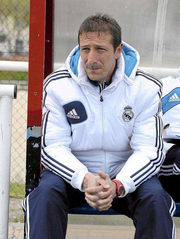 Luis Miguel Ramis hace olvidar a Zidane en el banquillo del Castilla. Twitter