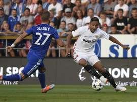Muriel battles for the ball. Twitter/SevillaFC