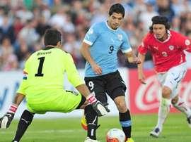 Luis Suárez, delantero de Uruguay, encara a Claudio Bravo, portero de Chile, el día que le marcó 4 goles. AFP