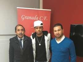 Luizinho, posa junto a Cordero, director deportivo del Granada. Twitter