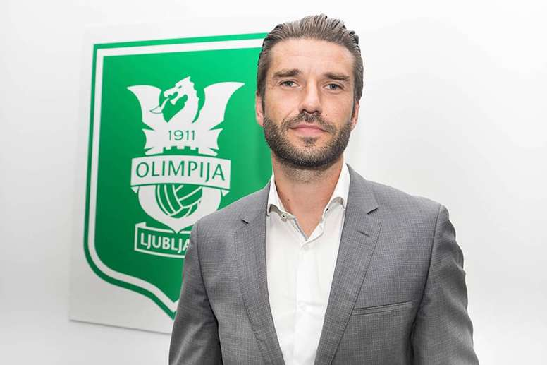 Luka Elsner llega a las oficinas del club para firmar su contrato. NKOlimpijaLJ