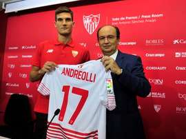 Marco Andreolli, durante su presentación como nuevo jugador del Sevilla. Twitter