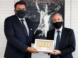 La SD Huesca regaló un brazalete al Real Madrid. RealMadrid
