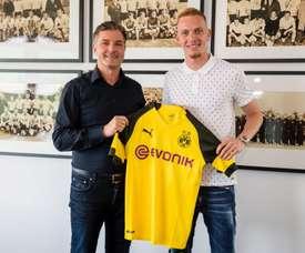 Wolf ya posa con su nueva camiseta. Twitter/BVB