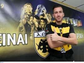 Giannikoglou fue presentado este miércoles por el AEK Atenas. Twitter/AEKOFFICIAL