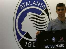 Mancini posa con la camiseta del Atalanta. AtalantaBC