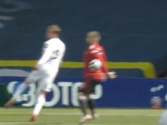 El Leeds United reclamó penalti por una mano de Luke Shaw. Captura/DAZN