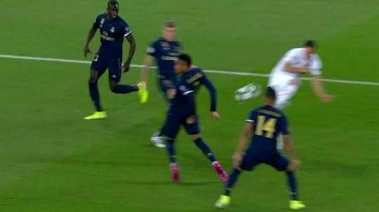 El PSG pidió penalti por mano de Militao. Captura/Movistar  Add video