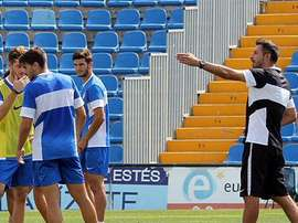Manolo Herrero y sus jugadores en un entrenamiento del Hércules. HérculesdeAlicante