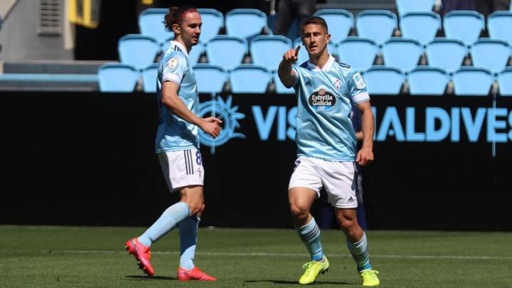 Manu Justo hizo los dos goles del Celta B, uno de ellos de penalti. Twitter/CanteiraCeleste