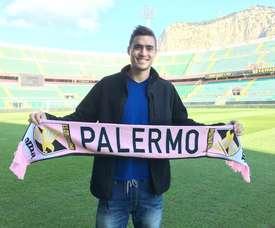 Manuel Arteaga posa con la bufanda de su nuevo equipo. Twitter