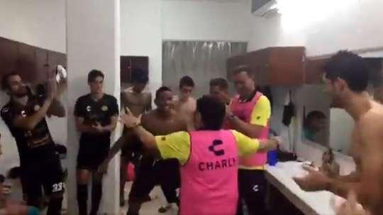 Maradona celebró la victoria con un baile en el vestuario. Captura/PortMX