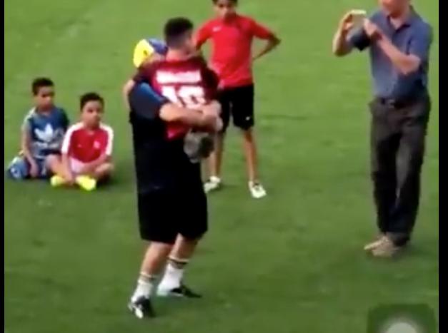 El conmovedor gesto de Maradona con un nene sin piernas