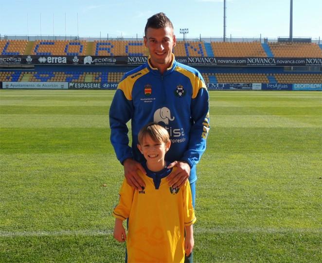 Marc Nierga junto a un joven aficionado del Alcorcón en el estadio Santo Domingo. ADAlcorcon