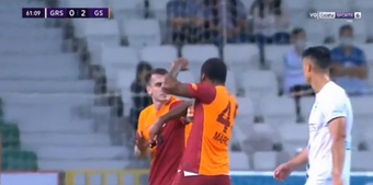 Marcao Teixeira saw a straight red for attacking his own teammate! Captura/beINSports