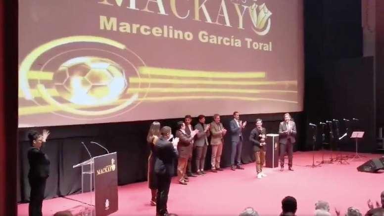 Marcelino, homenajeado en Huelva. Twitter/recreoficial