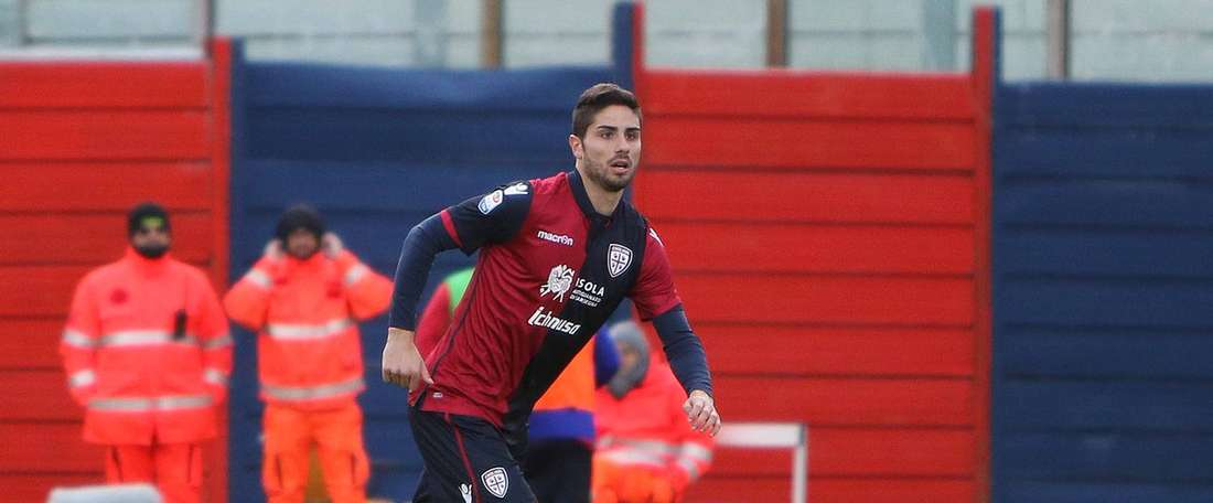 El jugador firma su continuidad con el conjunto italiano. CagliariCalcio