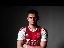 Marin Razvan assina pelo Ajax. Twitter @AFCAjax