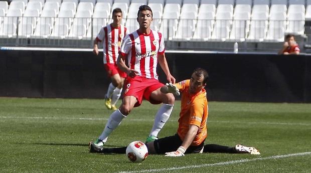 Mario Martos anota un gol en un partido con el filial del Almería contra el Cacereño. UDAlmeriaSAD