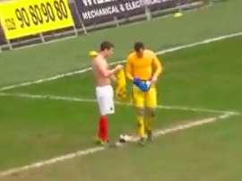 Mark Haughey se cambió la camiseta con el portero expulsado y paró un penalti. Twitter