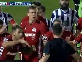 Marko Marin simuló una agresión del árbitro. Captura