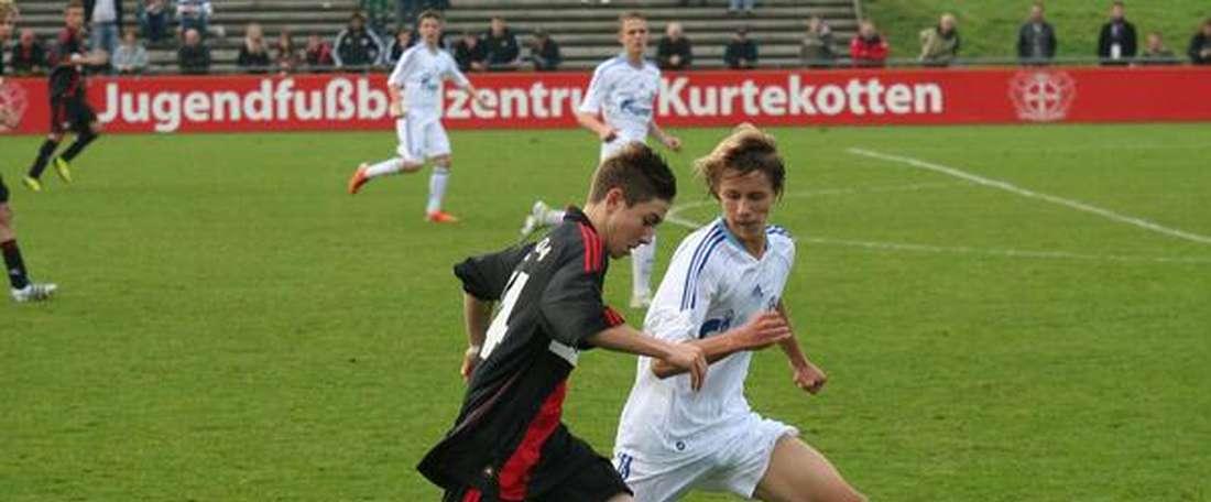 Marlon Frey disputa un partido con el filial del Bayer Leverkusen. Twitter