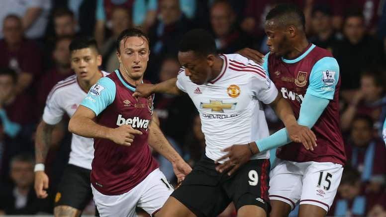 Martial pelea con Sakho y Noble por un balón en el West Ham - Manchester United. ManUtd